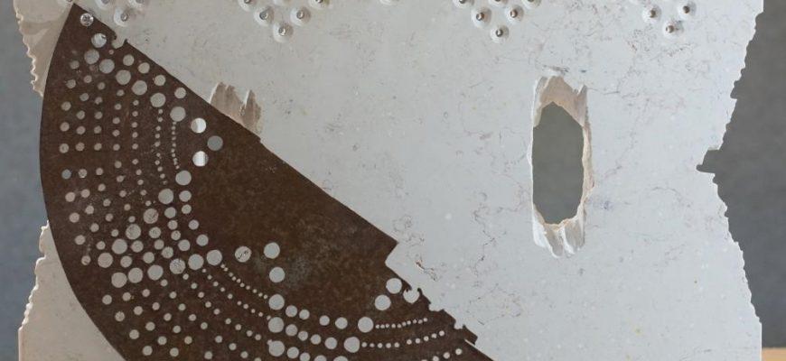 """הרוקמת באבן – תערוכה של הפסלת רחלי טאובר """"קו התפר"""""""